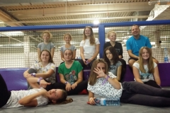 Schola młodzieżowa w parku trampolin